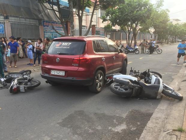 TP.HCM: Lái ô tô tông nhiều xe máy nằm la liệt, nữ tài xế còn xuống lớn tiếng với nhiều người - Ảnh 1.