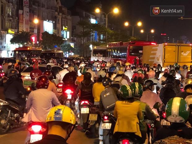 Tình yêu bóng đá cuồng nhiệt của CĐV Việt Nam: Tắc đường không kịp về nhà cổ vũ ĐT Việt Nam, nhiều người hâm mộ liền theo dõi ngay trên yên xe máy - Ảnh 1.