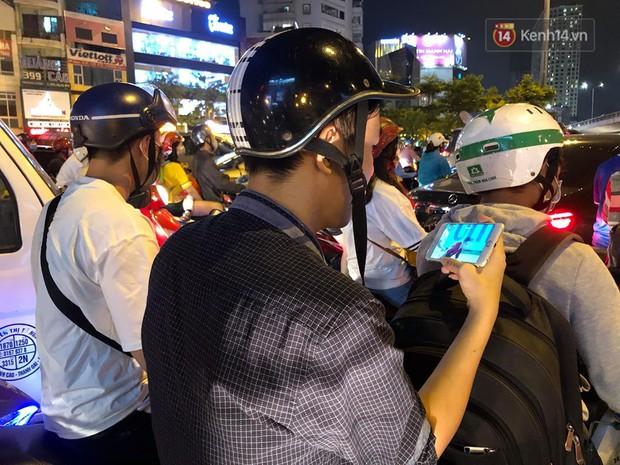 Tình yêu bóng đá cuồng nhiệt của CĐV Việt Nam: Tắc đường không kịp về nhà cổ vũ ĐT Việt Nam, nhiều người hâm mộ liền theo dõi ngay trên yên xe máy - Ảnh 4.