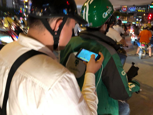 Tình yêu bóng đá cuồng nhiệt của CĐV Việt Nam: Tắc đường không kịp về nhà cổ vũ ĐT Việt Nam, nhiều người hâm mộ liền theo dõi ngay trên yên xe máy - Ảnh 5.