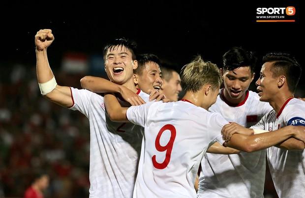 Duy Mạnh ăn mừng đầy cảm xúc khi có bàn thắng đầu tiên trong màu áo Đội tuyển Quốc gia - Ảnh 6.