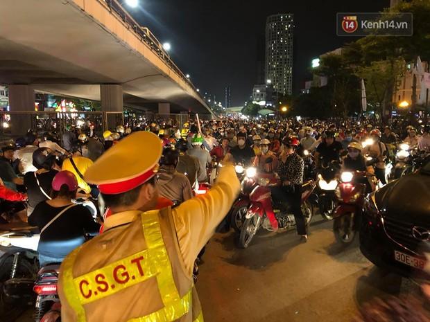 Tình yêu bóng đá cuồng nhiệt của CĐV Việt Nam: Tắc đường không kịp về nhà cổ vũ ĐT Việt Nam, nhiều người hâm mộ liền theo dõi ngay trên yên xe máy - Ảnh 2.