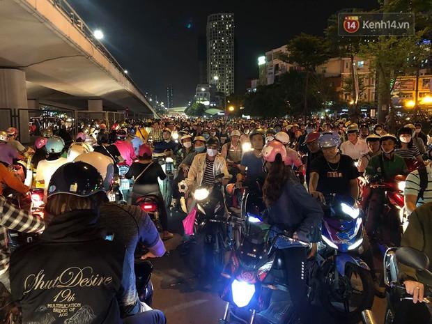 Tình yêu bóng đá cuồng nhiệt của CĐV Việt Nam: Tắc đường không kịp về nhà cổ vũ ĐT Việt Nam, nhiều người hâm mộ liền theo dõi ngay trên yên xe máy - Ảnh 3.