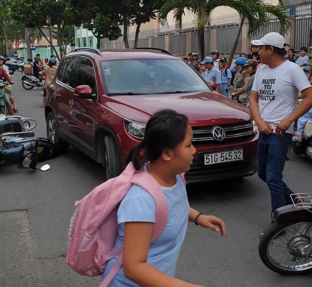 TP.HCM: Lái ô tô tông nhiều xe máy nằm la liệt, nữ tài xế còn xuống lớn tiếng với nhiều người - Ảnh 2.