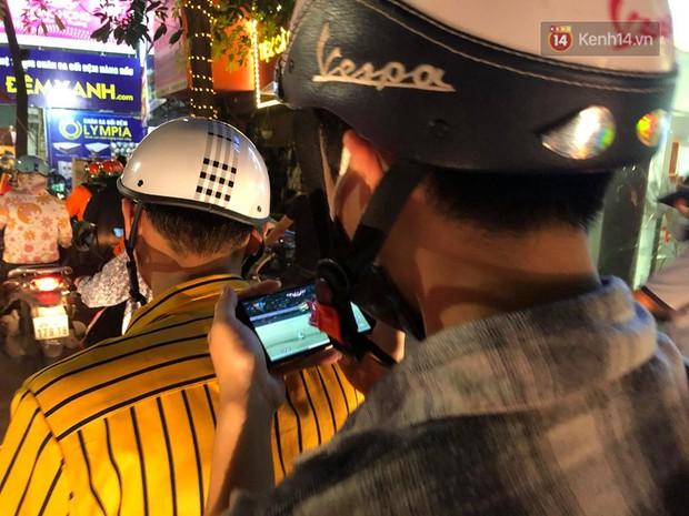 Tình yêu bóng đá cuồng nhiệt của CĐV Việt Nam: Tắc đường không kịp về nhà cổ vũ ĐT Việt Nam, nhiều người hâm mộ liền theo dõi ngay trên yên xe máy - Ảnh 6.