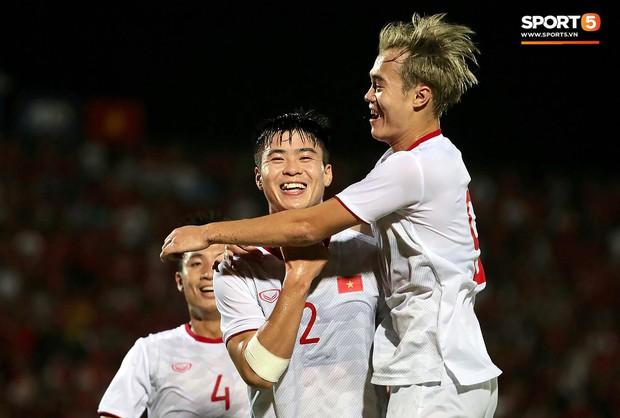 Duy Mạnh ăn mừng đầy cảm xúc khi có bàn thắng đầu tiên trong màu áo Đội tuyển Quốc gia - Ảnh 4.