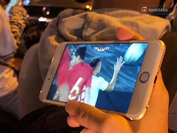 Tình yêu bóng đá cuồng nhiệt của CĐV Việt Nam: Tắc đường không kịp về nhà cổ vũ ĐT Việt Nam, nhiều người hâm mộ liền theo dõi ngay trên yên xe máy - Ảnh 7.