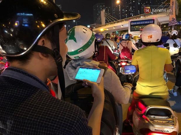 Tình yêu bóng đá cuồng nhiệt của CĐV Việt Nam: Tắc đường không kịp về nhà cổ vũ ĐT Việt Nam, nhiều người hâm mộ liền theo dõi ngay trên yên xe máy - Ảnh 8.