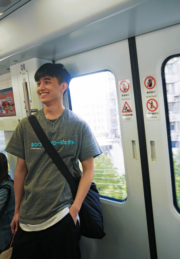 Vô tình va phải anh đẹp trai trên tàu điện ngầm, chị em hú hét: Con trai hay cười auto cộng 100 điểm thiện cảm anh ơi! - Ảnh 1.