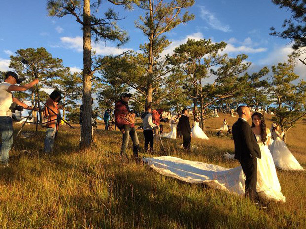 """Choáng toàn tập với khung cảnh """"1 mét vuông 12 cô dâu"""" ở Đà Lạt mùa cỏ hồng, bình minh 30 phút mà có 50 đôi chụp ảnh cưới - Ảnh 7."""