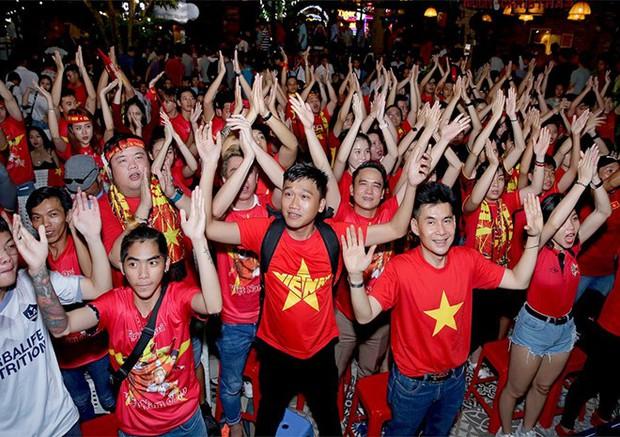 Vợ chồng Thu Trang - Tiến Luật, Kiều Minh Tuấn cùng sao Vbiz hãnh diện khi đội tuyển Việt Nam thắng Indo ở vòng loại World Cup - Ảnh 2.