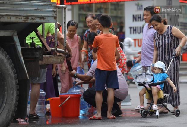 Ảnh, clip: Người dân chung cư HH Linh Đàm tiếp tục xếp hàng nhận nước sạch miễn phí, mòn mỏi chờ kết quả giám định nguồn nước có mùi lạ - Ảnh 7.