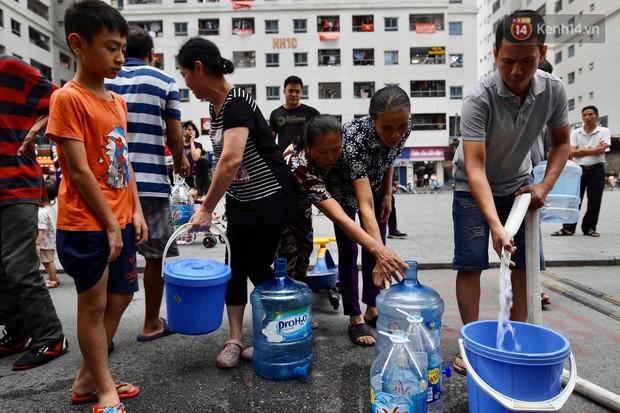 Ảnh, clip: Người dân chung cư HH Linh Đàm tiếp tục xếp hàng nhận nước sạch miễn phí, mòn mỏi chờ kết quả giám định nguồn nước có mùi lạ - Ảnh 6.