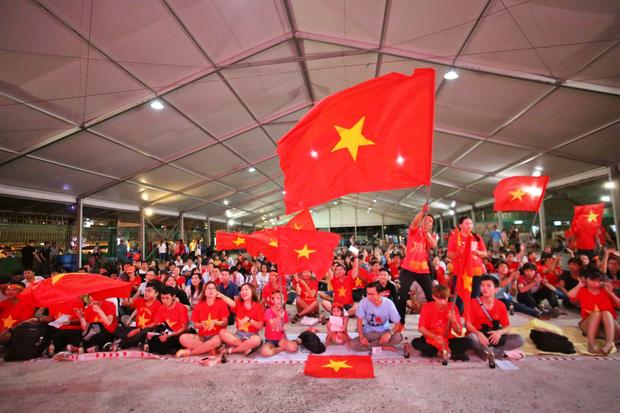 Trận đấu kết thúc với tỷ số 3-1 nghiêng về ĐT Việt Nam, hàng triệu CĐV vỡ òa trong niềm vui chiến thắng - Ảnh 1.