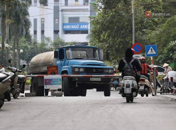 Ảnh, clip: Người dân chung cư HH Linh Đàm tiếp tục xếp hàng nhận nước sạch miễn phí, mòn mỏi chờ kết quả giám định nguồn nước có mùi lạ - Ảnh 3.