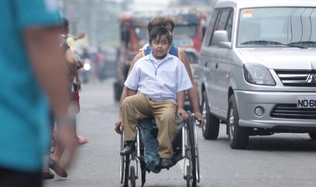 Xúc động cảnh người cha tật nguyền đưa con trai đi học bằng xe lăn mỗi ngày - Ảnh 1.