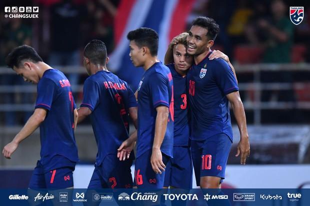 Thắng dễ UAE, Thái Lan chiếm lại ngôi đầu bảng sau 30 phút đánh mất vào tay Việt Nam - Ảnh 1.