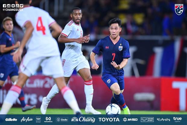 Thắng dễ UAE, Thái Lan chiếm lại ngôi đầu bảng sau 30 phút đánh mất vào tay Việt Nam - Ảnh 2.