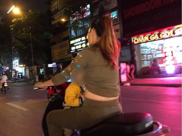Mẹ trẻ Hà Nội vừa đi xe máy vừa thản nhiên vạch áo cho con bú khiến nhiều người nóng mắt - Ảnh 3.