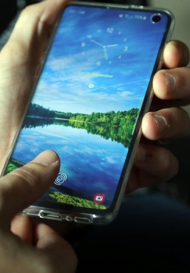 Lý giải hiện tượng điện thoại ma khiến 2 vợ chồng tá hỏa, người lạ cứ chạm tay là tự mở khóa - Ảnh 1.