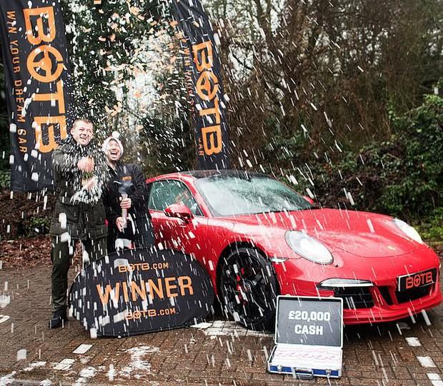 Góc số đỏ: Trúng được xe Porsche, anh chàng này bán đi mua nhà và rồi lại trúng một xe Porsche khác - Ảnh 1.