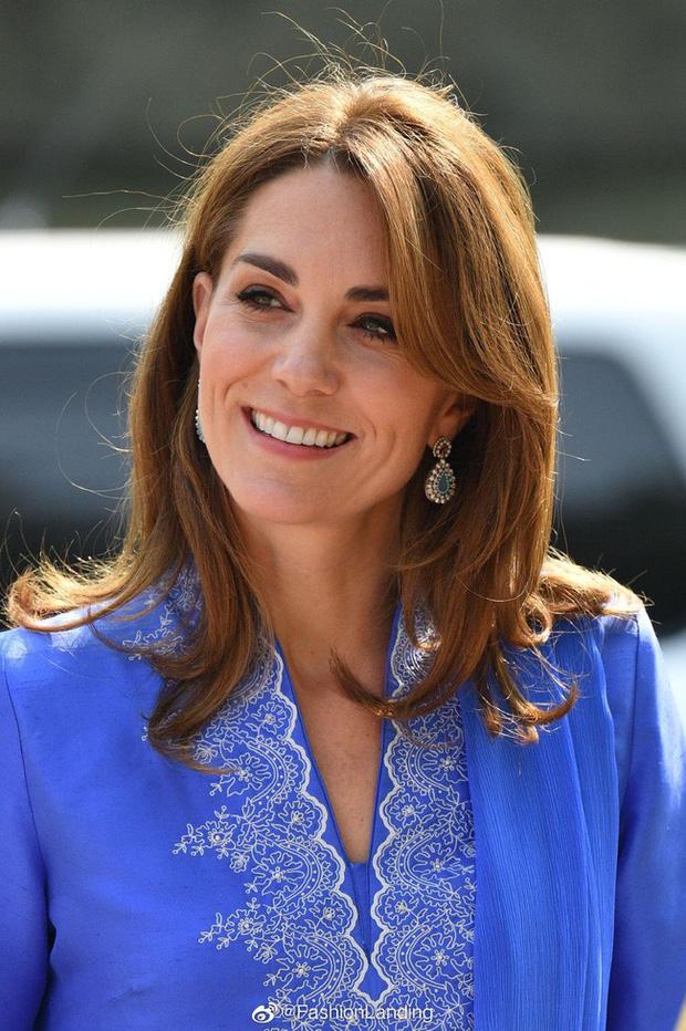 Kate Middleton gợi nhớ đến Công nương Diana khi diện mẫu đầm truyền thống của Pakistan - Ảnh 1.