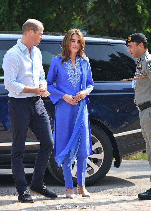 Kate Middleton gợi nhớ đến Công nương Diana khi diện mẫu đầm truyền thống của Pakistan - Ảnh 2.