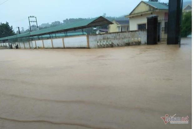 Hơn 1.500 học sinh Hà Tĩnh không thể đến trường vì nước ngập - Ảnh 1.