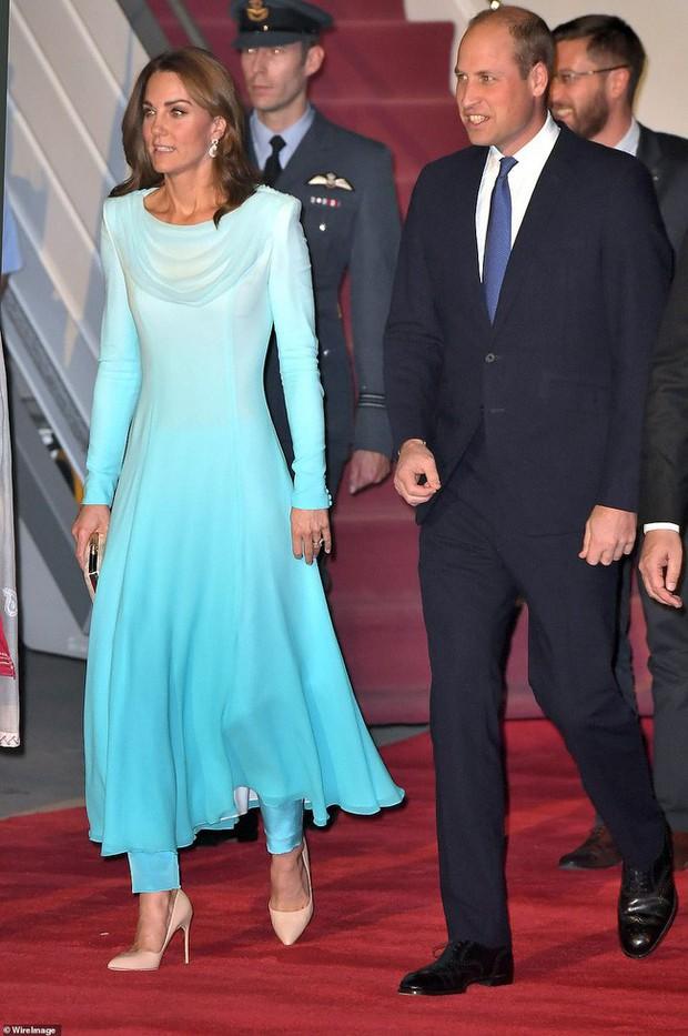 Kate Middleton gợi nhớ đến Công nương Diana khi diện mẫu đầm truyền thống của Pakistan - Ảnh 4.
