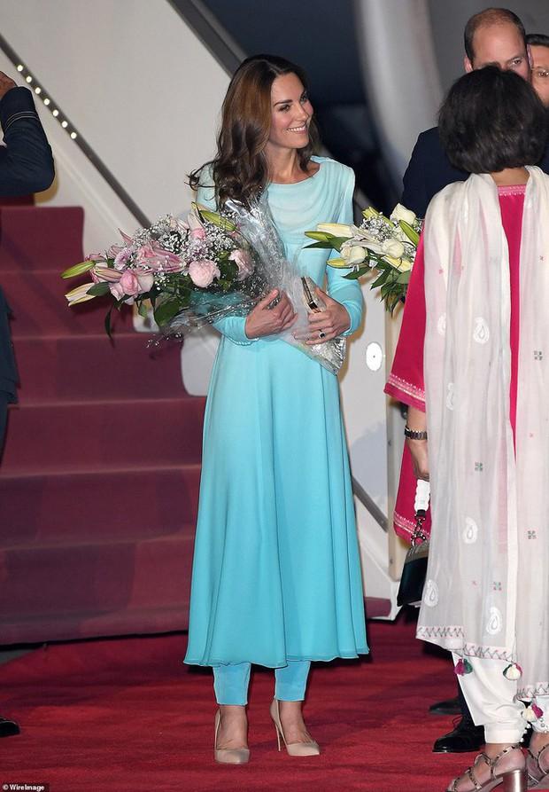 Kate Middleton gợi nhớ đến Công nương Diana khi diện mẫu đầm truyền thống của Pakistan - Ảnh 5.