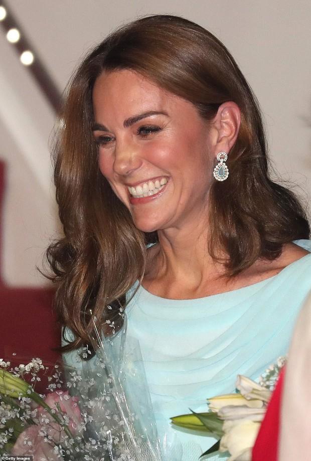 Kate Middleton gợi nhớ đến Công nương Diana khi diện mẫu đầm truyền thống của Pakistan - Ảnh 8.
