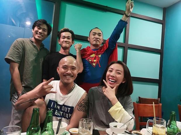 Vợ chồng Thu Trang - Tiến Luật, Kiều Minh Tuấn cùng sao Vbiz hãnh diện khi đội tuyển Việt Nam thắng Indo ở vòng loại World Cup - Ảnh 1.