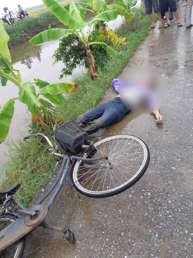 Sau khi thấy đôi dép và chiếc xe đạp bên sông, người dân bàng hoàng phát hiện thi thể nam thanh niên dưới sông - Ảnh 1.