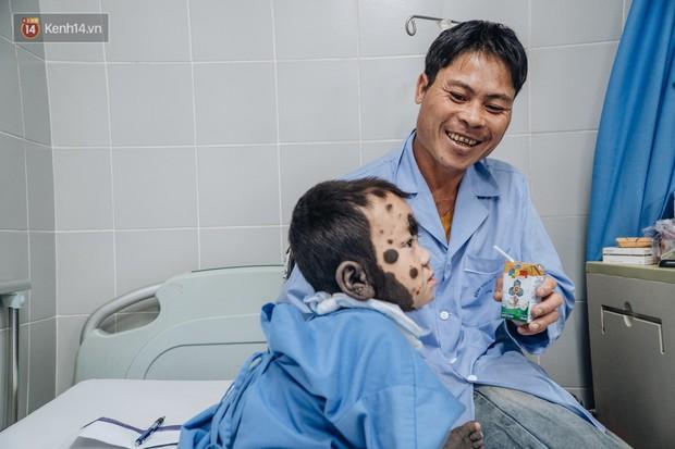 Cuốn sổ tạ ơn đời của ông bố dân tộc địu con trai lên Hà Nội mong thoát cảnh người vượn chưa kịp tiến hóa - Ảnh 3.