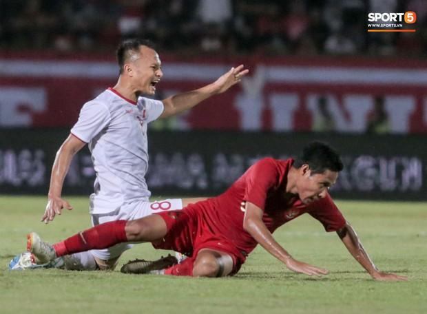 Quang Hải bị kéo cổ nguy hiểm, Đức Huy nắn gân Messi Indonesia trong chiến thắng của tuyển Việt Nam - Ảnh 1.
