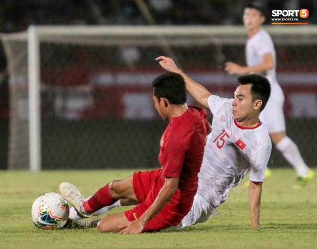 Quang Hải bị kéo cổ nguy hiểm, Đức Huy nắn gân Messi Indonesia trong chiến thắng của tuyển Việt Nam - Ảnh 5.