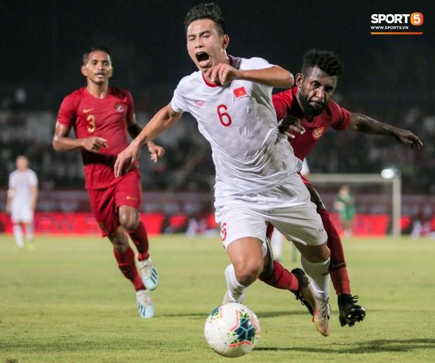 Quang Hải bị kéo cổ nguy hiểm, Đức Huy nắn gân Messi Indonesia trong chiến thắng của tuyển Việt Nam - Ảnh 7.