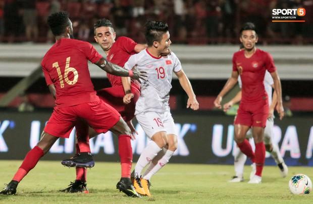 Quang Hải bị kéo cổ nguy hiểm, Đức Huy nắn gân Messi Indonesia trong chiến thắng của tuyển Việt Nam - Ảnh 2.