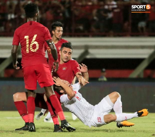 Quang Hải bị kéo cổ nguy hiểm, Đức Huy nắn gân Messi Indonesia trong chiến thắng của tuyển Việt Nam - Ảnh 3.