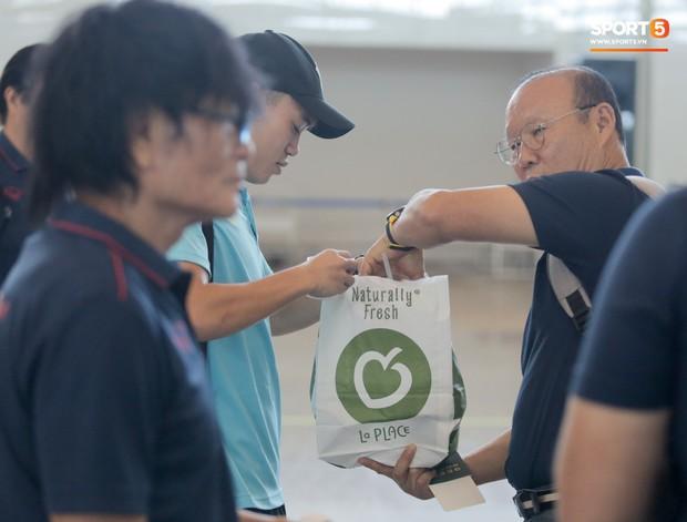 HLV Park Hang-seo nhờ Văn Toàn mua cà phê, hứa trả tiền đầy hài hước ở sân bay Bali - Ảnh 4.
