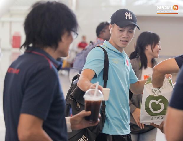 HLV Park Hang-seo nhờ Văn Toàn mua cà phê, hứa trả tiền đầy hài hước ở sân bay Bali - Ảnh 5.