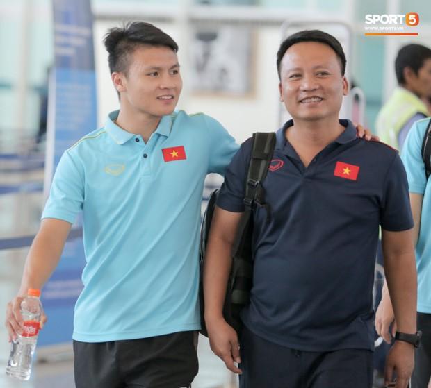 HLV Park Hang-seo nhờ Văn Toàn mua cà phê, hứa trả tiền đầy hài hước ở sân bay Bali - Ảnh 2.