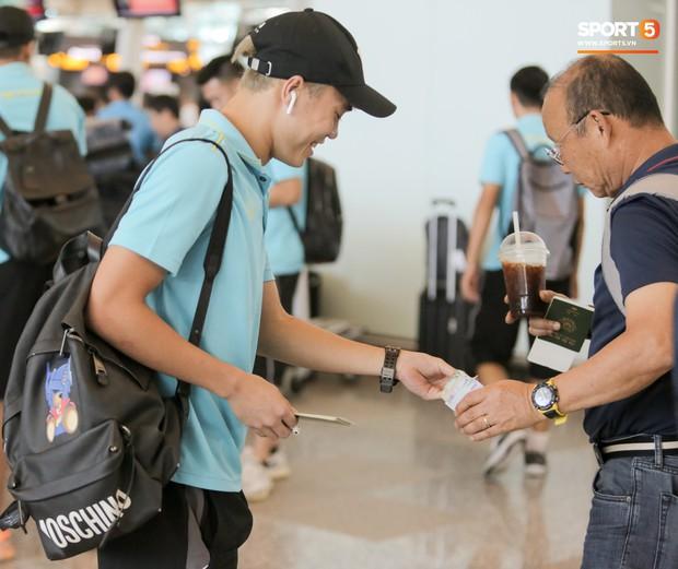 HLV Park Hang-seo nhờ Văn Toàn mua cà phê, hứa trả tiền đầy hài hước ở sân bay Bali - Ảnh 3.