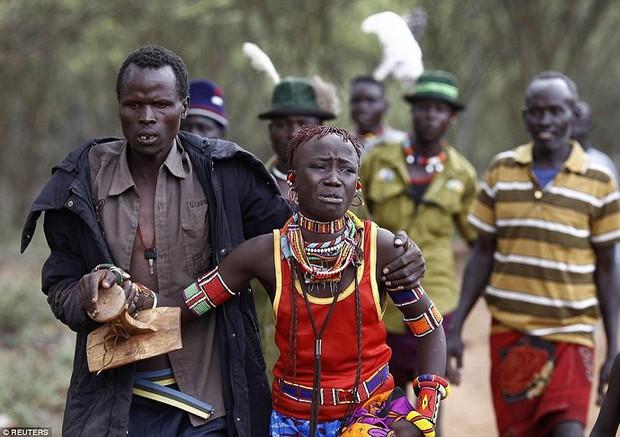 Sự thực về bộ lạc có tục hỏi vợ được xem là tàn nhẫn nhất thế giới: Thích ai thì bắt về trước, hỏi cưới sau, mặc cho nạn nhân than khóc đau khổ - Ảnh 2.