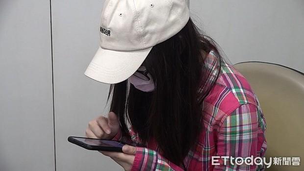 Dùng điện thoại quá nhiều, nữ sinh Đài Loan bị mù màu đến nỗi suýt gặp tai nạn khi qua đường - Ảnh 1.