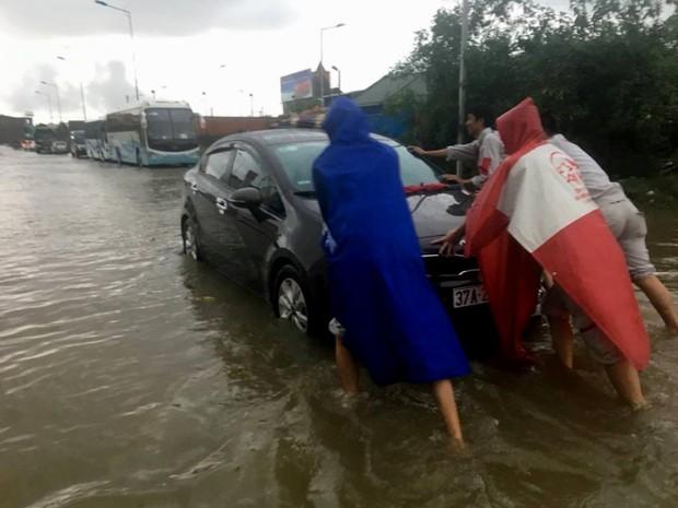 TP Vinh ngập cả mét nước, công an phải dùng xuồng giải cứu xe chết máy trên đường phố - Ảnh 3.