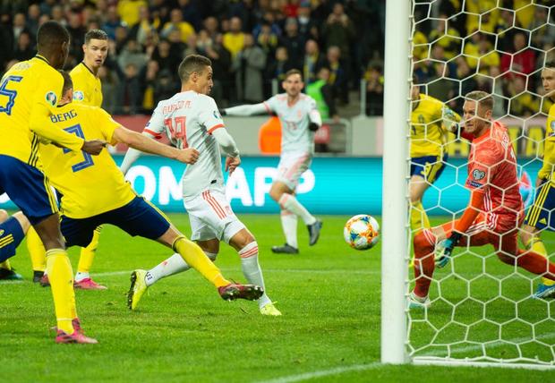 Nhờ khoảnh khắc tỏa sáng này ở phút bù giờ, tuyển Tây Ban Nha thoát thua và chính thức có mặt ở VCK Euro 2020 nhưng fan MU lại lo ngay ngáy - Ảnh 5.
