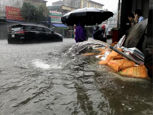 TP Vinh ngập cả mét nước, công an phải dùng xuồng giải cứu xe chết máy trên đường phố - Ảnh 5.
