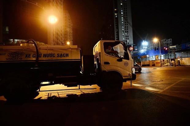 Ảnh: Người dân ở nhiều khu đô thị Hà Nội thức trắng đêm, xếp hàng chờ nhận từng xô nước sạch - Ảnh 18.