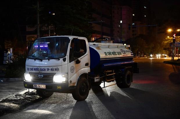 Ảnh: Người dân ở nhiều khu đô thị Hà Nội thức trắng đêm, xếp hàng chờ nhận từng xô nước sạch - Ảnh 2.